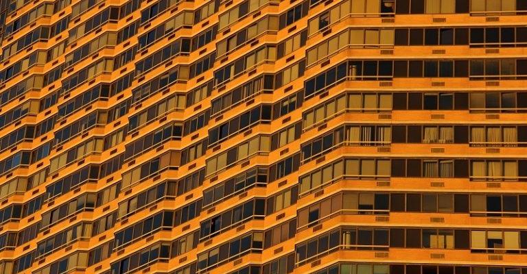 """a Sociedad de Gestión de Activos Procedentes de la Reestructuración Bancaria (Sareb) vendió un total de 4.782 inmuebles en el primer trimestre del año, un 12% respecto al mismo periodo de 2017, un ejercicio en el que alcanzo su récord de comercialización, según ha informado la entidad. Un total de 2.358 unidades vendidas por Sareb se correspondió con inmuebles propios, mientras que 2.424 fueron garantías de préstamos traspasadas desde el balance de los promotores. Del total de unidades vendidas, el 88% fue viviendas y anejos, el 7% correspondió a suelos y el 5% restante, a activos terciarios. Los datos preliminares de Sareb, recogidos en el 'Informe Anual de Actividad de 2017', señalan que cerca del 60% del negocio en el primer trimestre se concentró en Andalucía, Comunidad Valenciana, Cataluña y Comunidad de Madrid. Además, los crecimientos más elevados en el número de operaciones se registraron en La Rioja (159%), Cantabria (110%), País Vasco (105%) y Navarra (74%). La actividad desplegada en el ejercicio permitió a Sareb reducir su cartera hasta los 37.179 millones de euros, lo que supone casi un 27% respecto a la inicial. Asimismo, el año pasado la compañía canceló 3.050 millones de euros de deuda, con lo que redujo un 25,4% su endeudamiento en sus primeros cinco años de vida. NUEVO CONSEJERO En otro orden de cosas, Sareb ha comunicado que su consejo de administración ha propuesto el nombramiento de Juan Ignacio Ruiz de Alda como nuevo consejero de la entidad en representación del Fondo de Reestructuración Ordenada Bancaria (FROB), quien sustituye a Lucía Calvo, que dejó vacante el puesto el pasado mes de enero. Con este nombramiento, que será ratificado en la próxima junta general de accionistas, se reforzará el órgano de dirección gracias a la """"sólida trayectoria de más de 30 años en el sector inmobiliario"""" de Ruiz de Alda, quien tiene experiencia en proyectos de promoción, rehabilitación y venta de activos. El nuevo consejero ocupó diversos cargos dentro del """