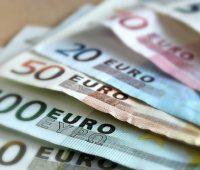 La riqueza financiera neta de las familias españolas e instituciones sin fines de lucro al servicio de los hogares (ISFLSH) se situó en 1,410 billones de euros en el primer trimestre de 2018, lo que supone un 2,3% más en tasa interanual, según las Cuentas Financieras publicadas por el Banco de España este lunes. Además, en términos intertrimestrales (segundo trimestre sobre primer trimestre), la riqueza de las familias se ha incrementado un 3,1%. En relación con el PIB, los activos financieros netos representaron el 18,9%, ratio que es 1,9 puntos porcentuales inferior a la de hace un año. La riqueza de los hogares se sigue manteniendo por encima de los niveles previos a la crisis económica, ya que en el primer semestre de 2007, justo antes del comienzo de la recesión, rozaba el billón de euros. Los activos financieros totales de las familias, antes de descontar la deuda que poseen, alcanzaron los 2.198 billones de euros entre abril y junio, un 1,7% superior al de hace un año. El Banco de España explica que este incremento fue el resultado de una adquisición neta de activos financieros de 33 billones de euros durante los últimos cuatro trimestres y de unas revalorizaciones de 4 billones de euros, debidas, fundamentalmente, al incremento del precio de los activos de renta variable en el último trimestre. En relación con el PIB, los activos financieros totales de los hogares e ISFLSH representaron un 185,3% a finales del segundo trimestre de 2018, lo que significa 4 puntos porcentuales menos que un año antes. Mientras, los pasivos se situaron en 788.130 millones de euros, lo que supone un alza interanual del 0,7% y del 1,7% intertrimestral. BAJA LA DEUDA DE LOS HOGARES Por su parte, la deuda bruta de las sociedades no financieras y de los hogares e ISFLSH alcanzó 1,84 billones de euros al finalizar el segundo trimestre, cantidad equivalente a un 156,7% del PIB y 8,3 puntos porcentuales por debajo de la ratio registrada en el mismo trimestre del año anterior. Por sector
